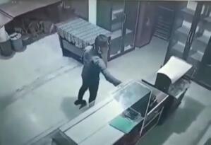 Iğdır'da fırına konulan yardım kumbarasını çalan kişi güvenlik kamerasına yakalandı