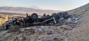 Doğubayazıt istikametine giden saman yüklü kamyon devrildi: 2 ölü